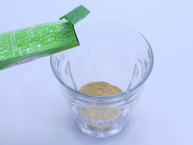 ドクターシーラボ美禅食の粉末をグラスに入れる