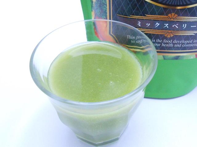 グラスに入ったイデアグリーンベリースムージーダイエット160酵素MIX