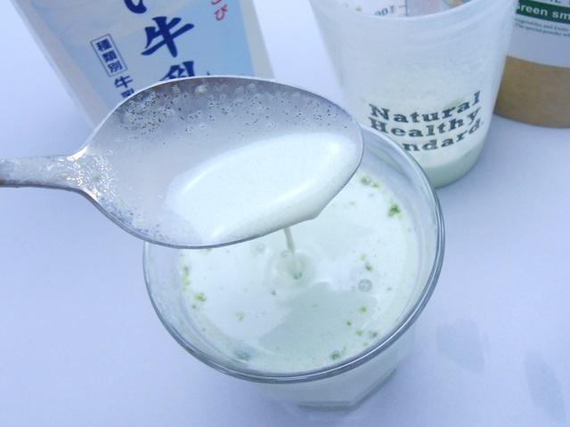 ナチュラルヘルシースタンダードミネラル酵素グリーンスムージーの牛乳割りのトロミ
