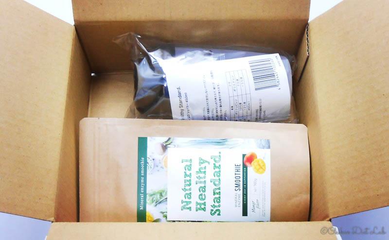 ナチュラルヘルシースタンダードミネラル酵素グリーンスムージーの宅配箱の梱包内容