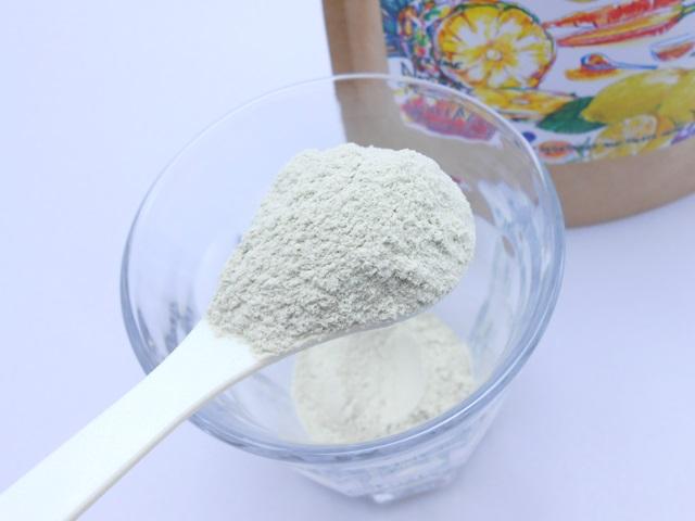 ベジージーレモン味の粉末をグラスに入れる