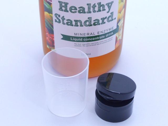 ナチュラルヘルシースタンダードミネラル酵素ドリンクの計量カップとキャップ