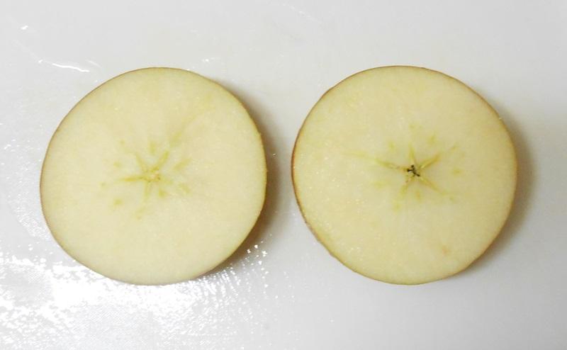 りんごを半分に切る