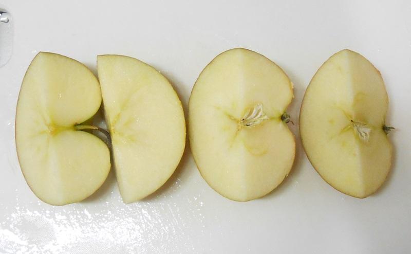 りんごをさらに半分に切る