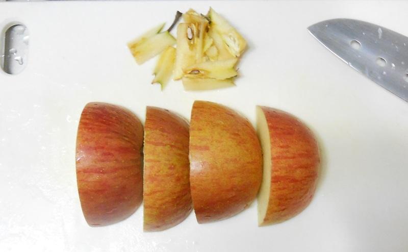 りんごをスライス切りする