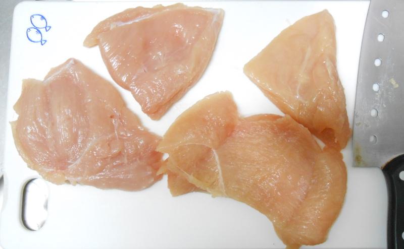 胸肉を食べやすいサイズに切る