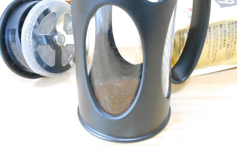 フレンチプレスにコーヒー粉末を入れる