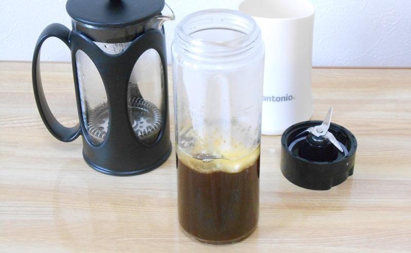 コーヒー、MCTオイル、グラスフェッドバターが分離した状態