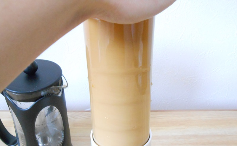 バターコーヒーをミキサーにかける