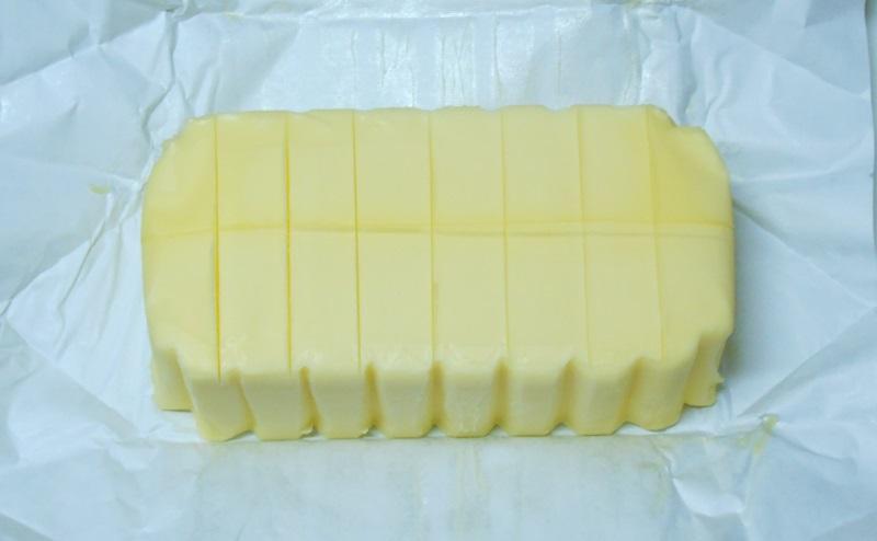 グラスフェッドバター12g分に切り込みをいれる