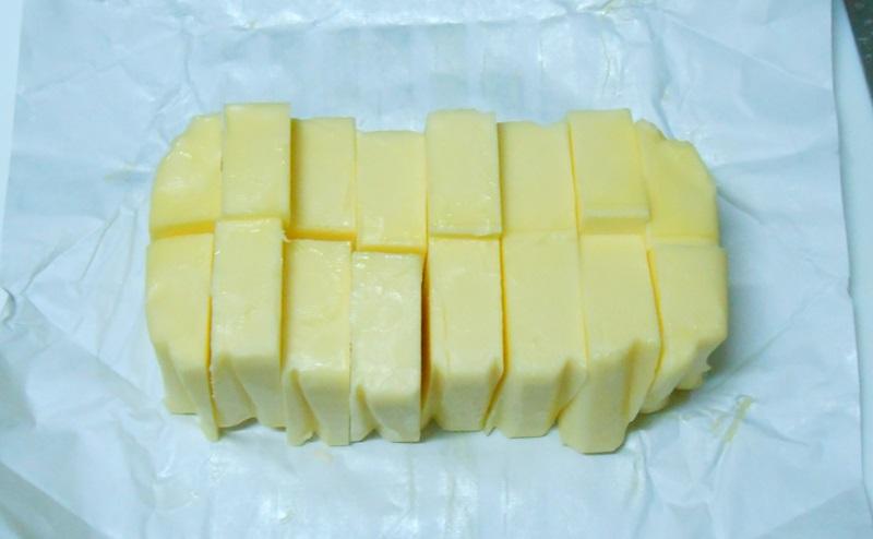 グラスフェッドバターを包丁で切る