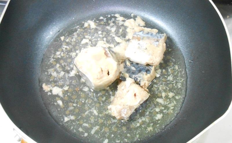 サバの水煮を熱する