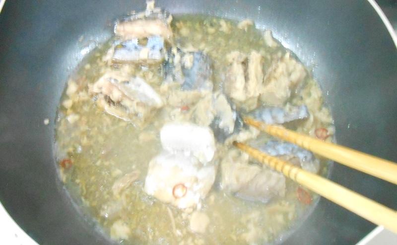 サバの水煮を崩しながら炒める