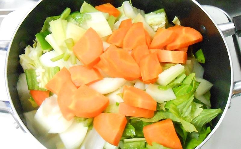 脂肪燃焼スープ作りで野菜を鍋にいれる