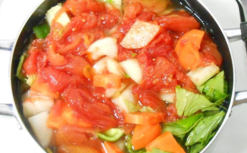 脂肪燃焼スープ作りで食材を煮込みはじめる