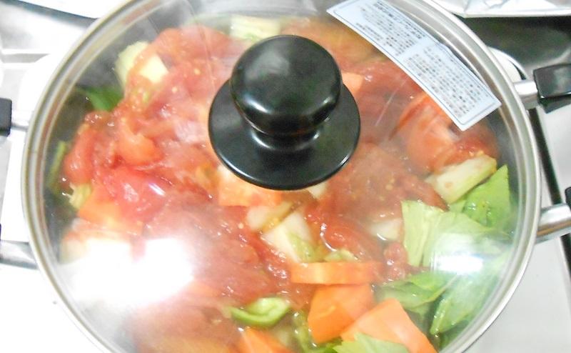 脂肪燃焼スープ作りで鍋にフタをして煮込む
