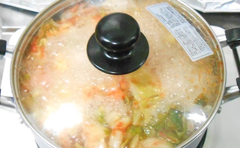脂肪燃焼スープ作りで鍋を10分煮込む