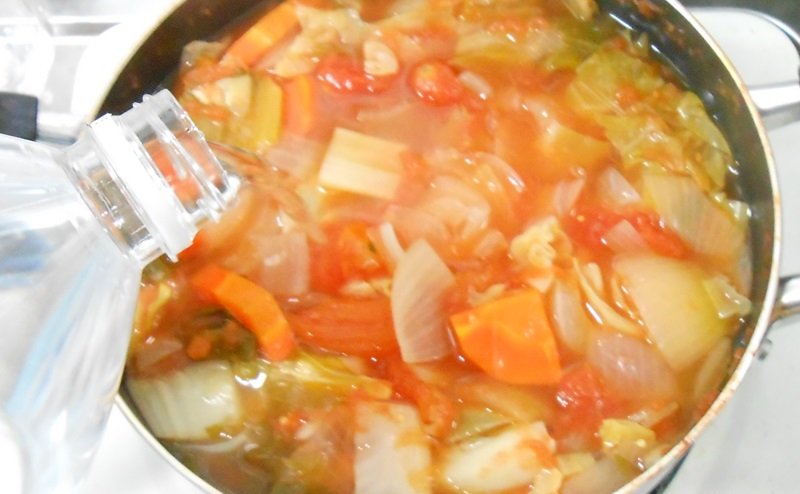 脂肪燃焼スープ作りで鍋に水をたす