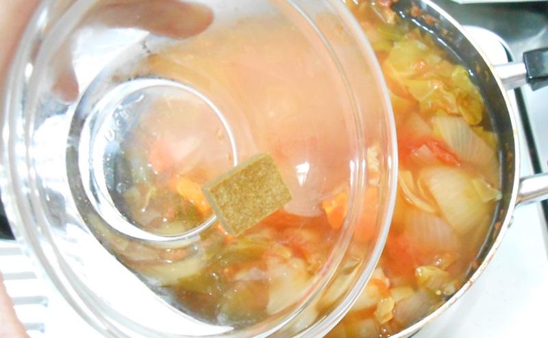 脂肪燃焼スープでコンソメをいれる