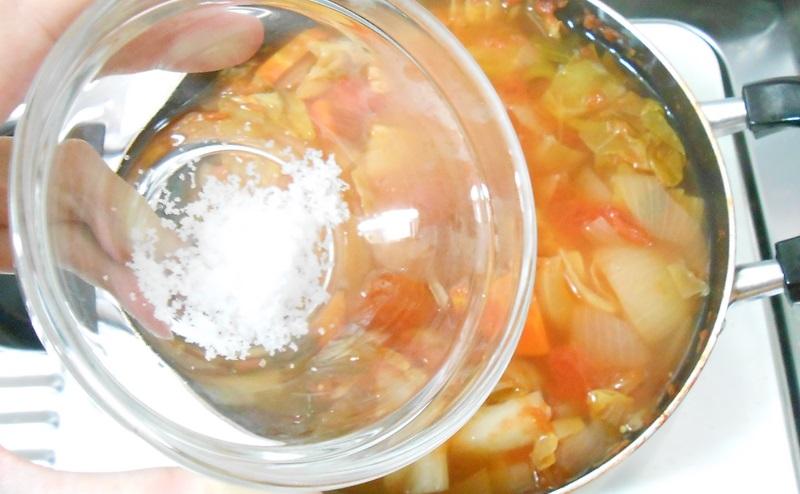 脂肪燃焼スープ作りで塩をいれる