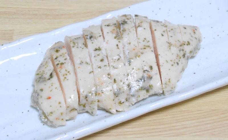 【ミニストップ】サラダチキンハーブ味を切り分ける