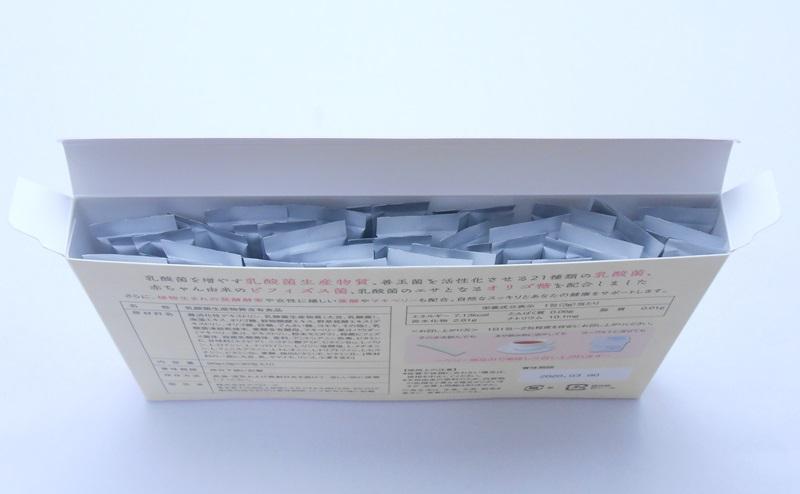 善玉育菌サプリスルーラのパッケージを開ける