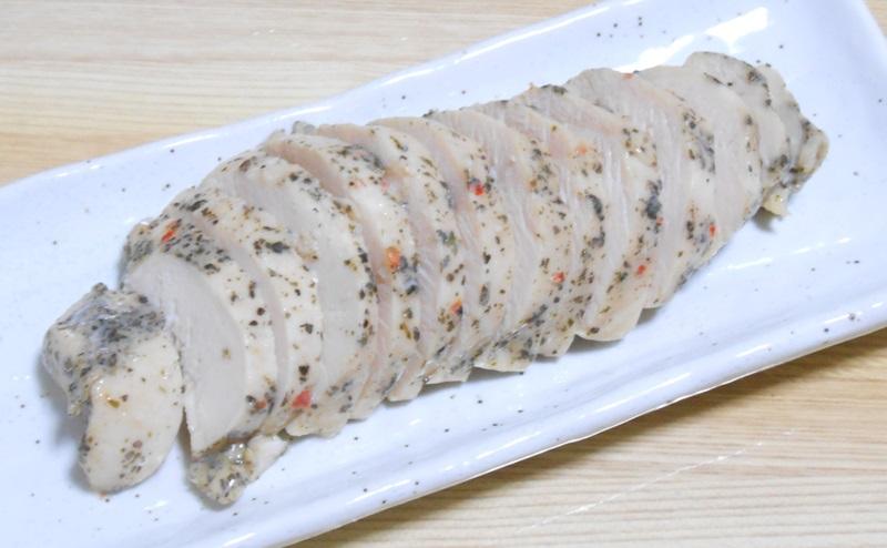【ファミリーマート】サラダチキン「3種のハーブ&スパイス」を切り分ける