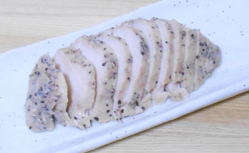 【ファミリーマート】サラダチキン「ペッパー&ガーリック」を切り分ける