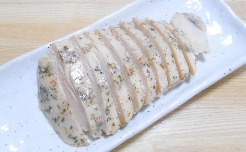 【ローソン】サラダチキンハーブ味を切り分ける