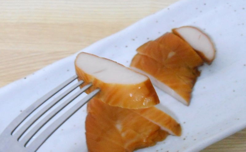 【ファミリーマート】国産鶏スモークチキンを切り分ける