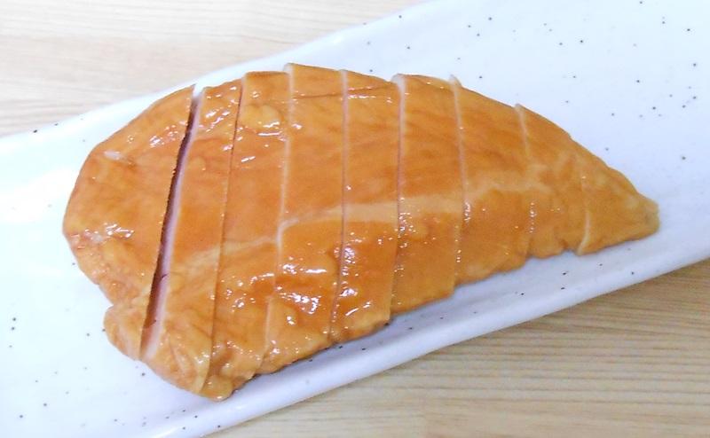 【ミニストップ】サラダチキンスモーク味を切り分ける