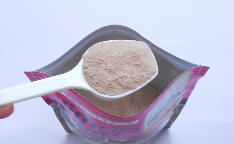 スリムアップスリムのシェイクショコラ味の粉末をスプーンですくう