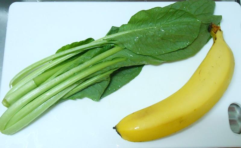 小松菜とバナナを切る