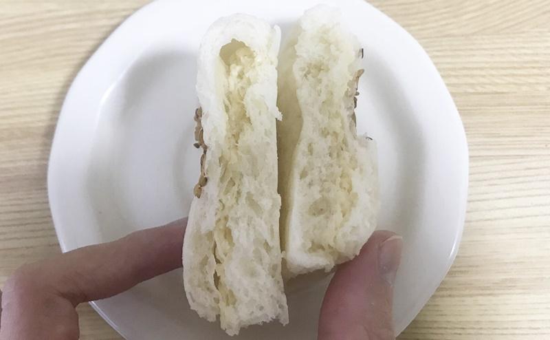 ローソン | 糖質オフのしっとりパン サラダチキン柚子胡椒の断面図