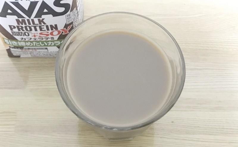 ザバス   ミルクプロテイン+ソイカフェラテ風味を飲む