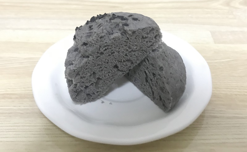 【ローソン】もち麦の蒸しぱん 黒ごま 2個入の断面